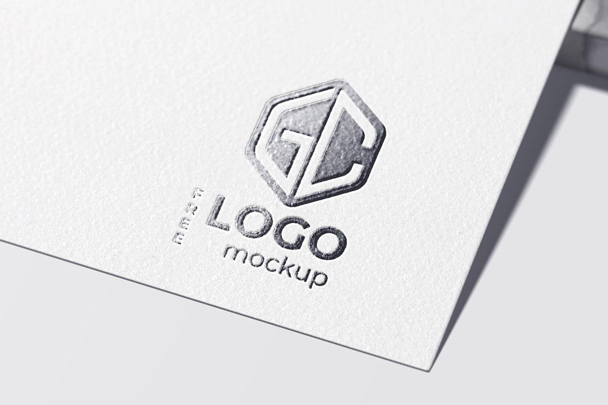 Mockup gratis de logotipo estampado en foil o papel plata aluminio. Recurso perfecto para diseñadores gráficos.